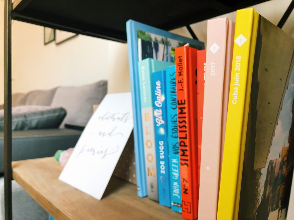 bibliothèque en fer forgé avec livre et albums photo chestnutsandpeonies