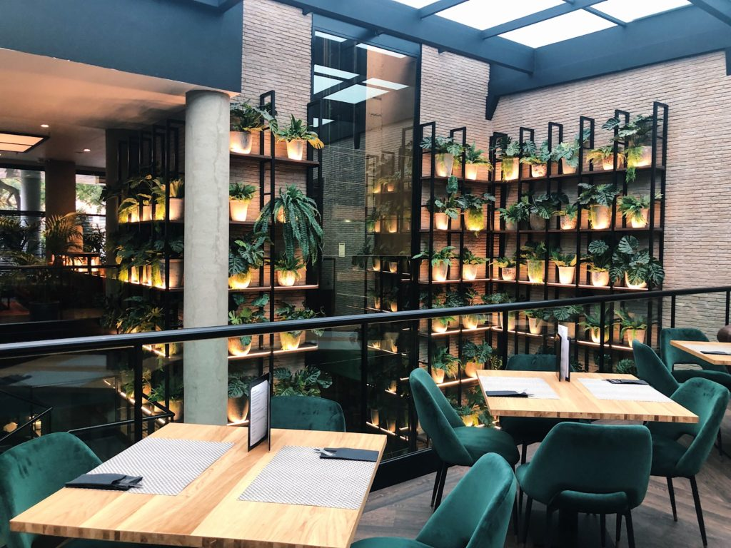 hotel h10 marina barcelona tables à manger vertes velours