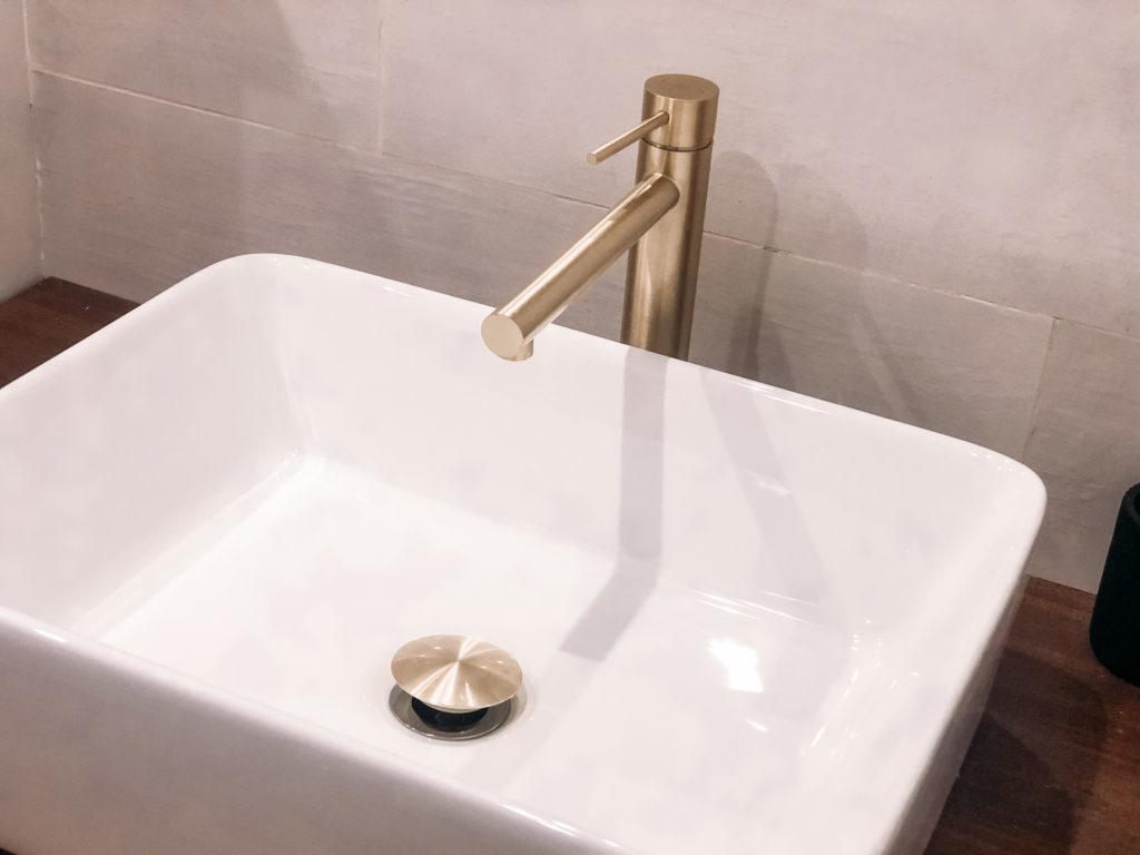 robinet or brosse salle de bain